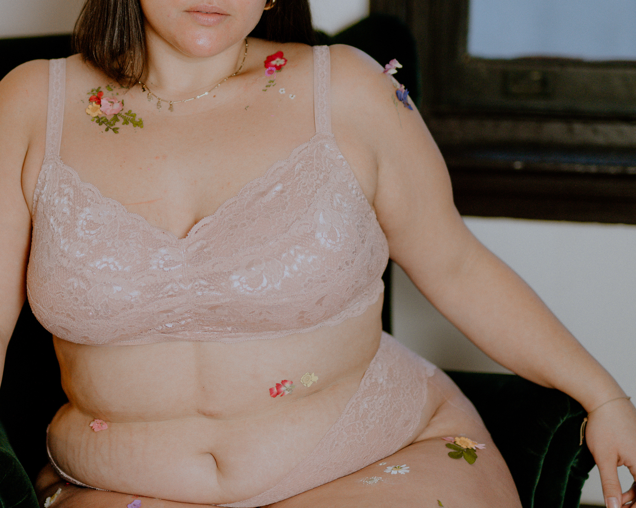 flower stretch marks body positivity plus size lingere